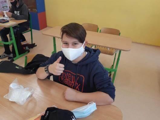 Frýdlant rozdal dětem druhého stupně základních škol a kantorům nanoroušky se stříbrem