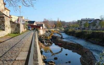 Povodí Labe opravuje v korytě Smědé podemleté základy zdiva