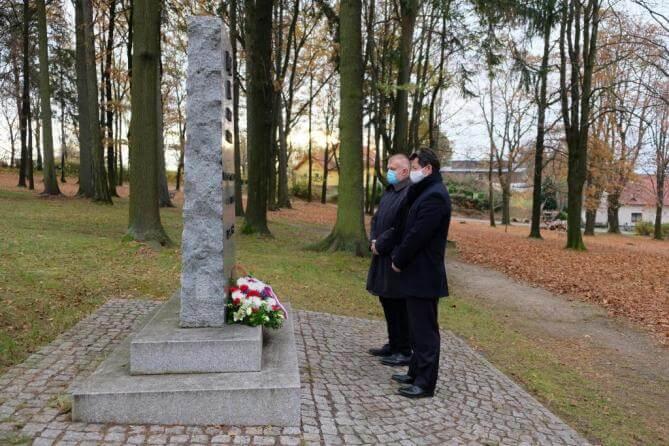 Památku válečných veteránů uctili starosta a místostarosta u památníků na hřbitově