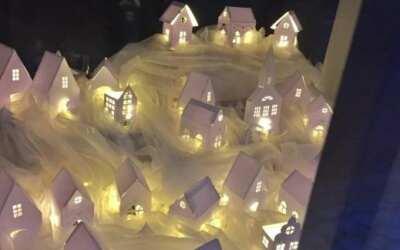 Výstava přístupná zvenčí – v muzeu Špitálek vystavují v oknech nasvícené betlémy