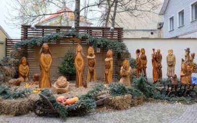 Na nádvoří radnice stojí krásný dřevěný betlém, přijďte se podívat