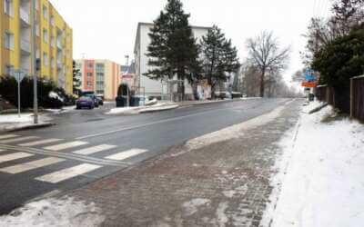 Podél Fügnerovy ulice chodí lidé po nových chodnících