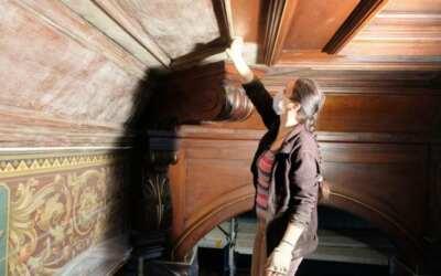 Historický kazetový strop obřadní síně frýdlantské radnice prochází obnovou