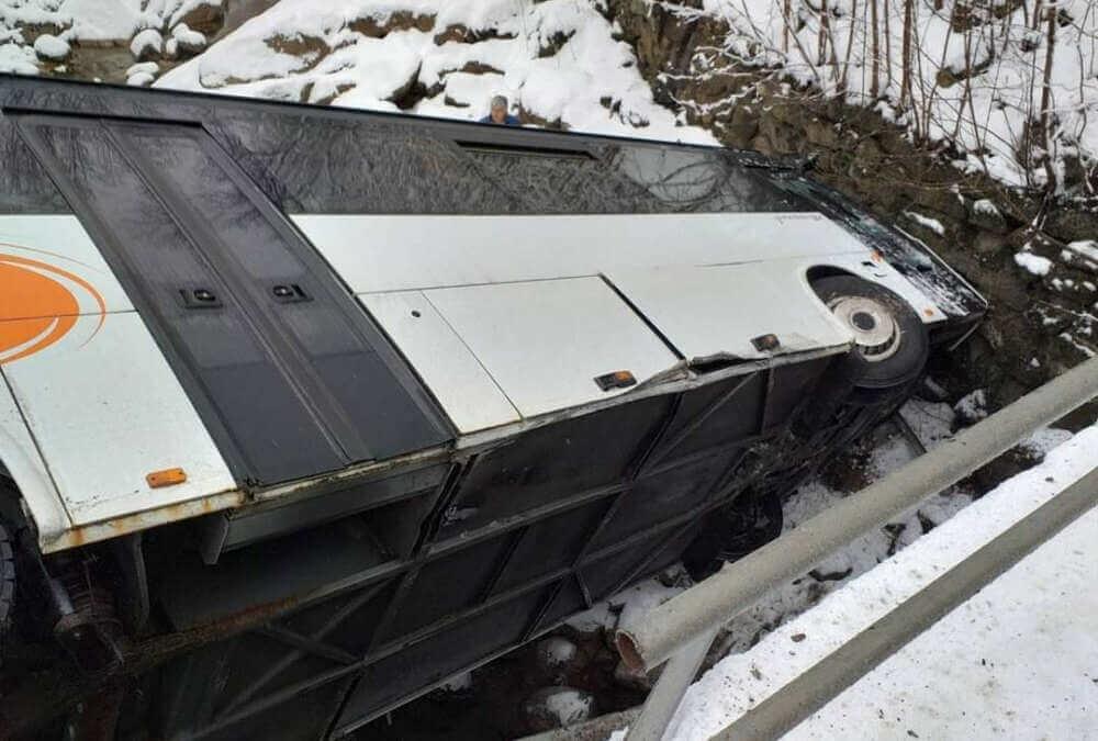 Nehoda autobusu v Bílém Potoce, převrátil se do koryta řeky